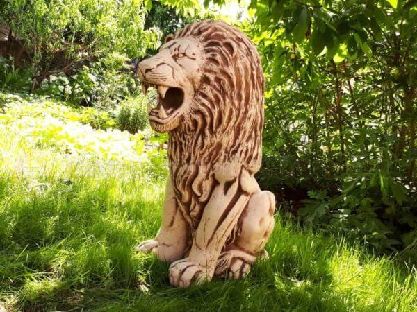 скульптура лев вид сбоку