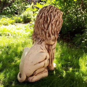 скульптура лев вид сзади